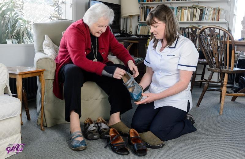 راهنمای خرید و ویژگیهای کفش مناسب سالمندان